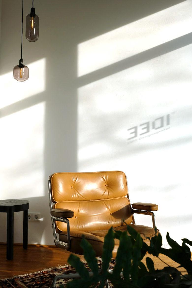 Foto mit Sessel auf Teppich im Sonnenlicht