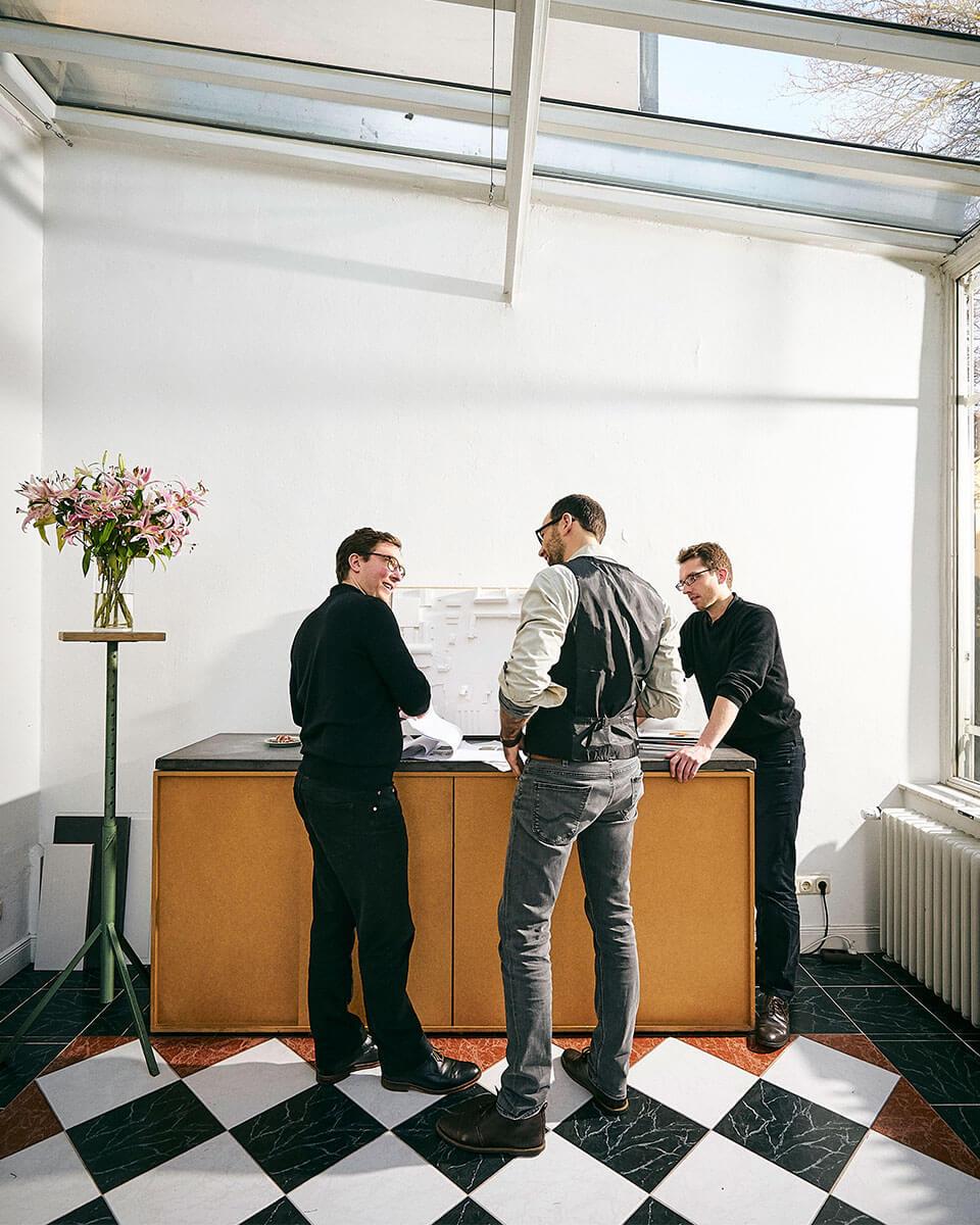 Foto Geschäftsführer im Kundengespräch mit zwei Architekten